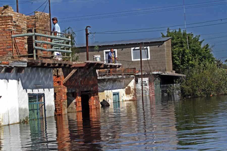 Familias se desplazan por avance de las aguas del río Paraguay
