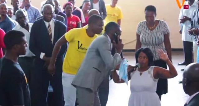 VIDEO: Un predicador africano asegura hablar por celular con Dios