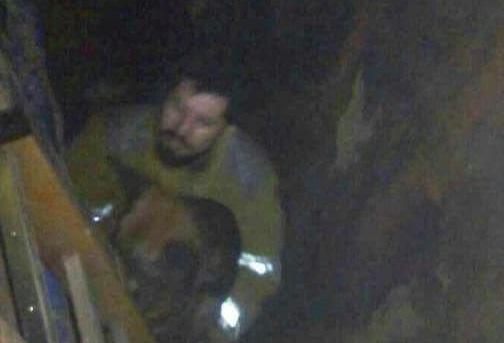 Bomberos rescatan a perro que cayó en un pozo